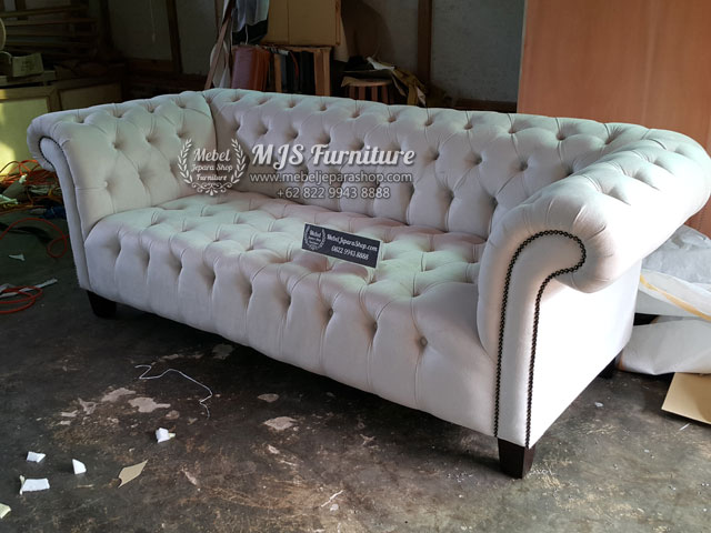 sofa tamu model chesterfield cream classic minimalis