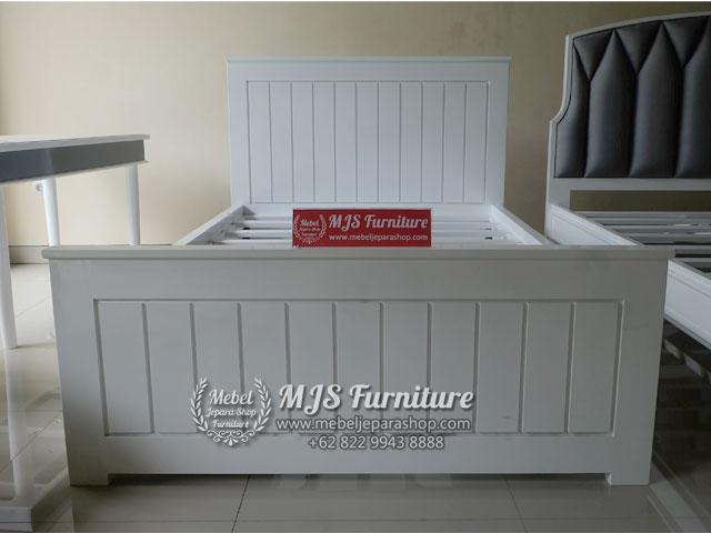 Dipan Tempat tidur minimalis putih duco