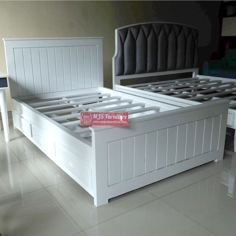 Tempat tidur putih Jepara
